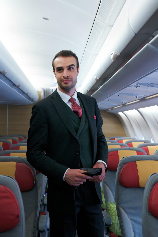 Alitalia Le Nuove Divise Delle Hostess Si Tingono Di