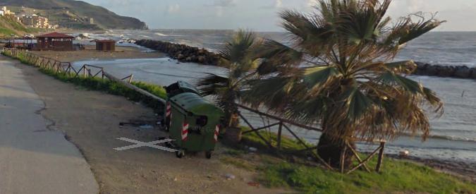 Agrigento, la strana guerra del parcheggio in spiaggia. È illegale, ma porta voti