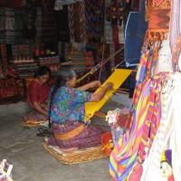 Tessitura di scialli e coperte tradizionali