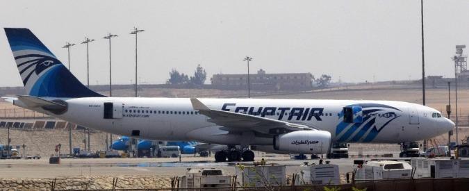 """Egyptair, """"rottami non sono del volo Parigi-Cairo precipitato"""". Aperte tutte le ipotesi, compreso il terrorismo – Foto e video"""