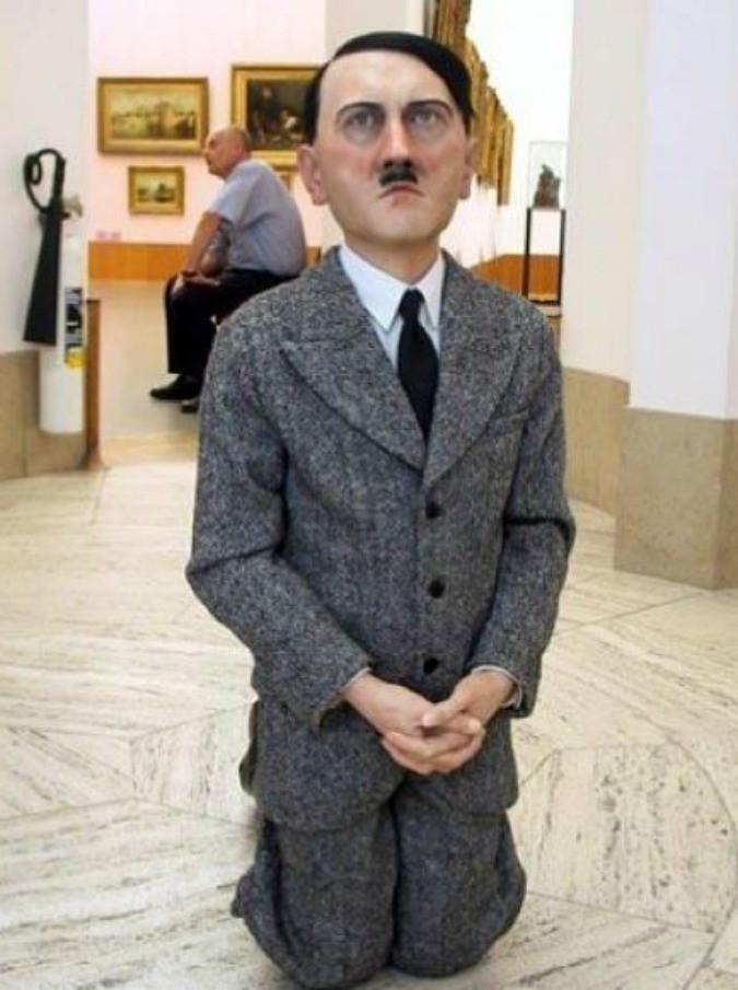 Maurizio Cattelan, il suo Adolf Hitler battuto all'asta per 15 milioni di euro