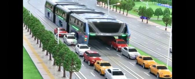 Cina, ecco il bus del futuro che passa sopra le auto e non inquina – VIDEO