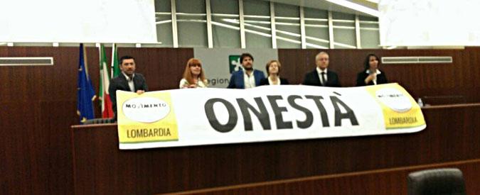 Lombardia, M5s protesta in aula contro rientro Mantovani e arresto del sindaco di Lodi. Seduta sospesa