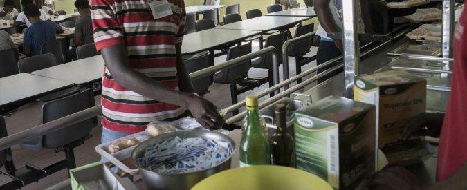 reggio emilia dopo la rivolta dei migranti per il cibo arriva il cuoco specializzato in
