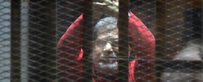Egitto, due giornalisti di Al Jazeera condannati a morte per spionaggio. Rimandato il giudizio su Morsi