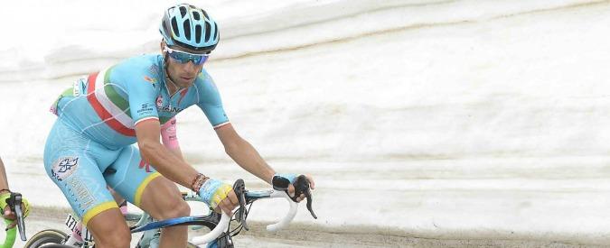 Giro d'Italia, la maglia rosa Kruijswijk cade. Capolavoro di Nibali: era dato per finito, ora può sperare di vincere