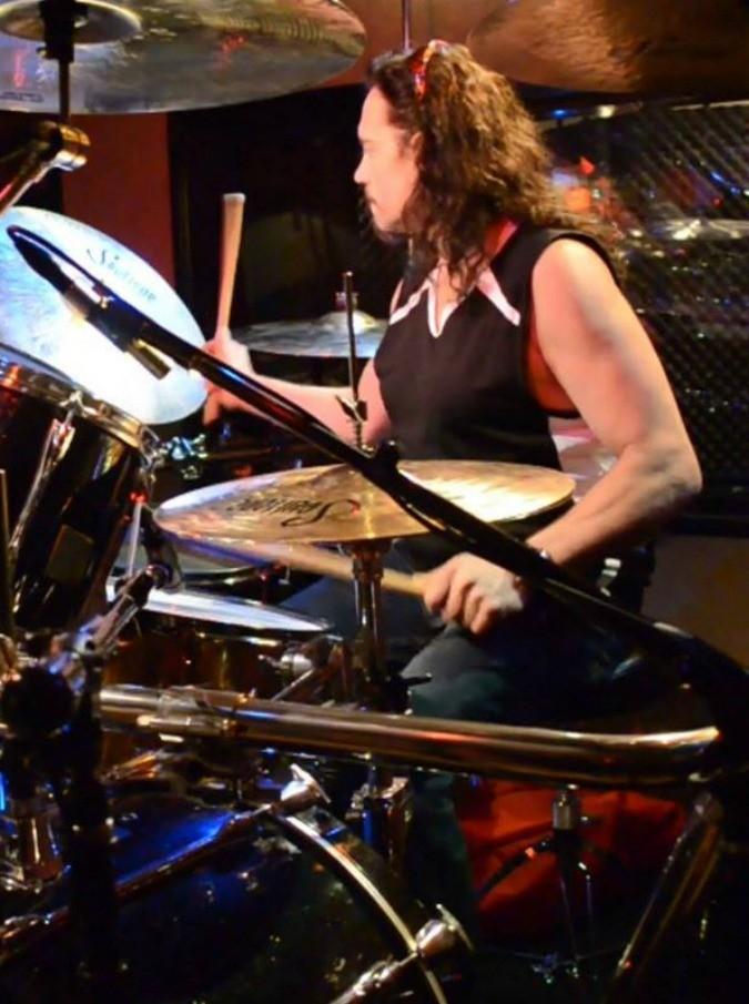 """Nick Menza, morto d'infarto sul palco l'ex batterista dei Megadeth: """"Un amico fidato, un compagno di band divertente, un padre molto affettuoso"""""""