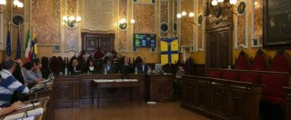 Parma, in consiglio non si discute dell'indagine su Pizzarotti. Opposizione lascia l'Aula