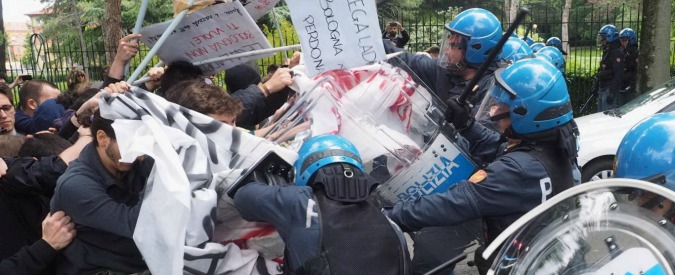 Bologna, Salvini in visita all'università. Manifestazioni e proteste: scontri e cariche delle forze dell'ordine