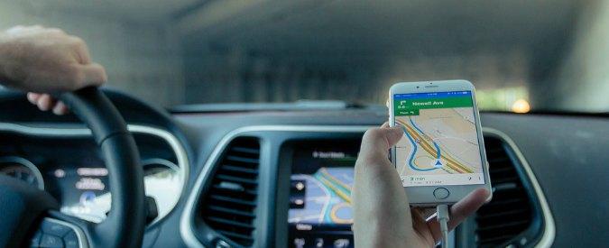 """Sicurezza stradale, arriva lo """"smartphone poliziotto"""": in caso di incidente dice se l'automobilista è al telefono"""