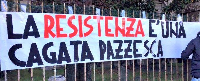 """Parma, striscioni di CasaPound davanti alle scuole: """"La Resistenza è una cagata pazzesca"""". Pizzarotti: """"Vigliacchi"""""""