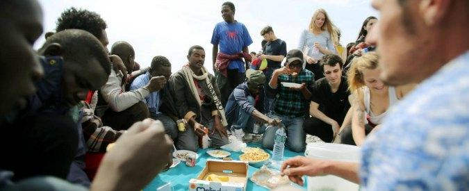 Migranti, a Ventimiglia profughi in parrocchia dopo lo sgombero. Fermati 4 scafisti di 2 barconi affondati