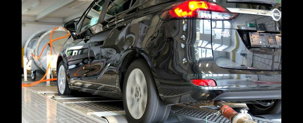 """Opel, disputa con Berlino sulle emissioni. Un software """"taglia"""" il trattamento dei gas di scarico alle alte velocità"""