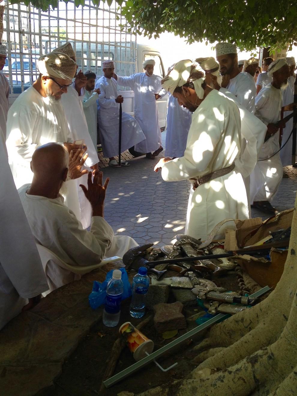 Al mercato si contratta la vendita di pugnali (khanjar)