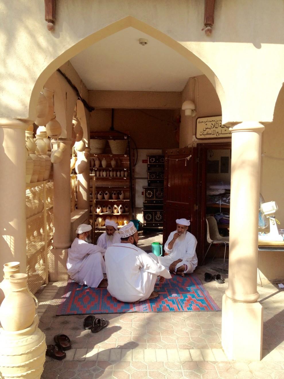 Muscat: venditori in relax nel vecchio suq