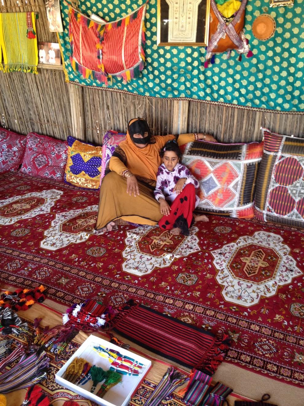 Beduina con il volto mascherato, secondo la tradizione