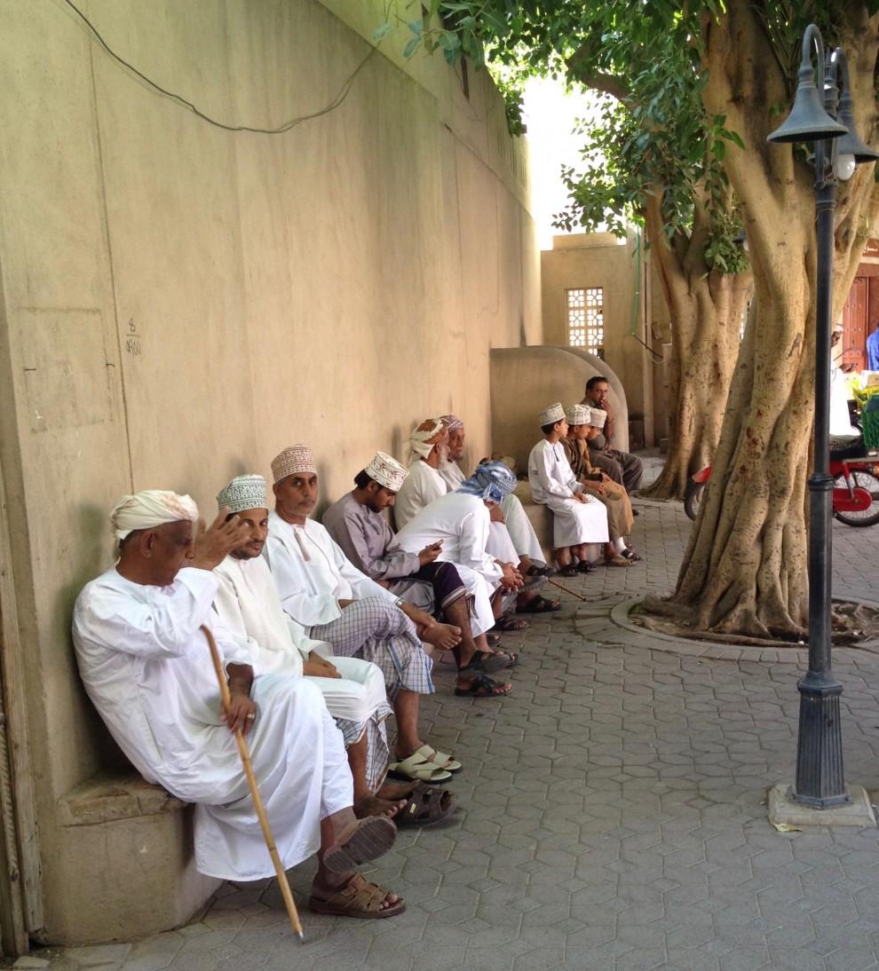 Uomini in abiti tradizionali al mercato