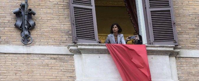 """Boldrini espone drappo rosso dal suo ufficio: """"Uomini violenti rassegnatevi: non rinunceremo mai alla libertà"""""""