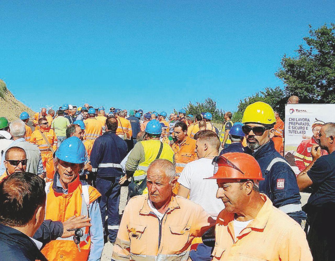 Gli operai italiani bloccano i romeni davanti alla Total