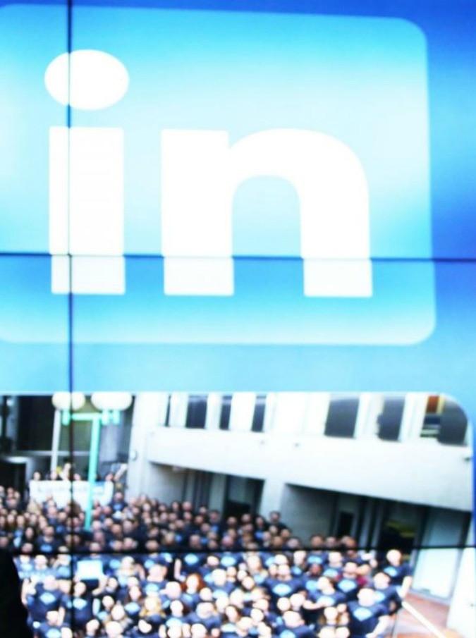 LinkedIn, non solo Instagram e Twitter: è qui il paradiso del 'Walking Pussy Dead'