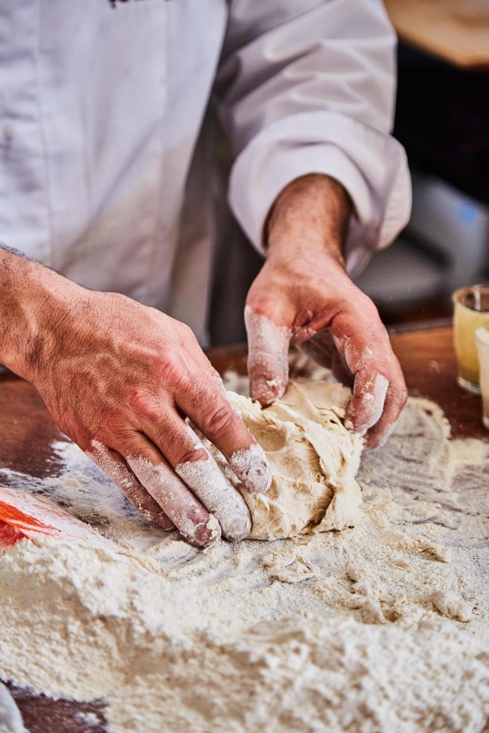 Il pane ha bisogno del lievito come un bambino del latte materno. Se ben alimentato crescerà più sano e se il lievito utilizzato è naturale, puro e integro, il prodotto finale sarà più buono. Il fornaio scruta la sua pagnotta ogni giorno, le sue mani la modellano, il suo occhio la accarezza. La vita del pane sarà tanto più lunga quanto l'umidità sarà conservata.