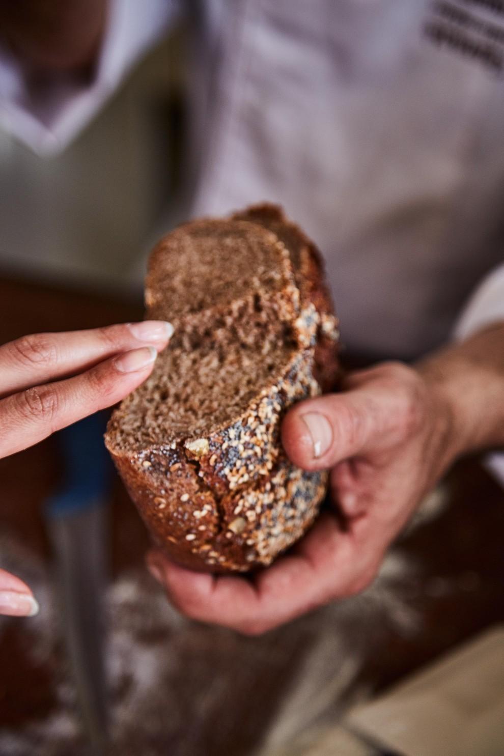 Ogni giorno il panettiere verifica che il lievito abbia fatto il suo dovere. In quel caso l'impasto risulta perfetto e, una volta cotto, è pronto per l'assaggio finale. Al tatto il pane deve essere freddo.