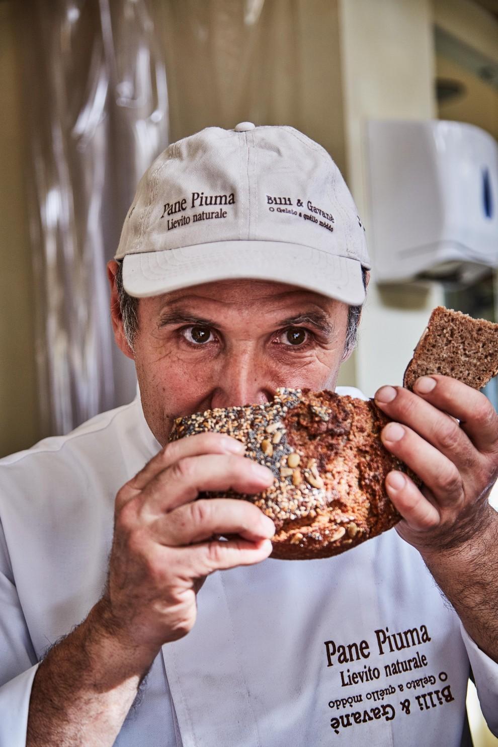 Il pane profuma. Più forte e intenso sarà questo sentore, più la sua bontà sarà certa. Il pane è il miracolo quotidiano, è il cibo dei ricchi e dei poveri, è la presenza discreta su ogni tavola. Il pane si ama e basta.