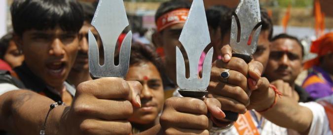 India, estremisti hindu pestano due musulmani e li obbligano a mangiare polpette di sterco di bovino