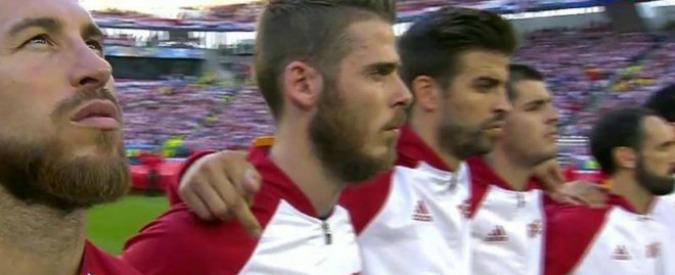 Europei 2016, Gerard Piqué: il catalano e il dito medio durante l'inno spagnolo