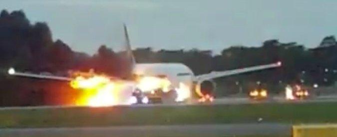 Singapore Airlines, volo per Milano in fiamme: motore e ala prendono fuoco