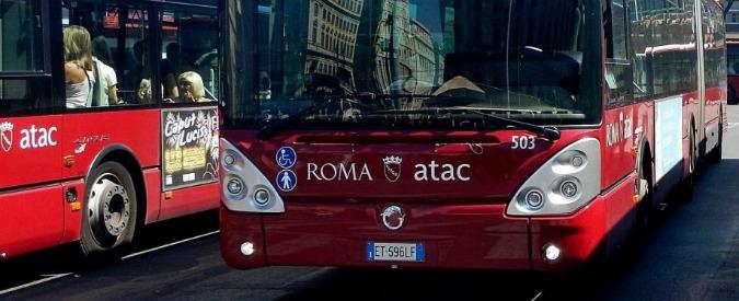 Roma, autobus Atac perde il controllo e travolge auto in sosta: quattro feriti