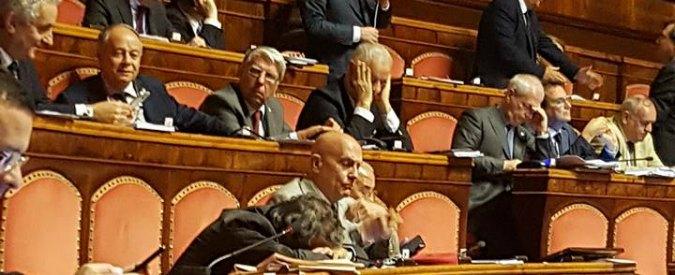 Azzollini dorme al Senato, Quagliariello e Donno (M5s) ridono e lo fotografano