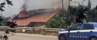 Incendi Sicilia, fiamme a Palermo. Case evacuate e autostrade chiuse, vento blocca i soccorsi. Trenta feriti