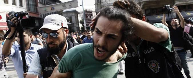 Turchia, tensione a Istanbul: la polizia attacca con i lacrimogeni il Gay Pride