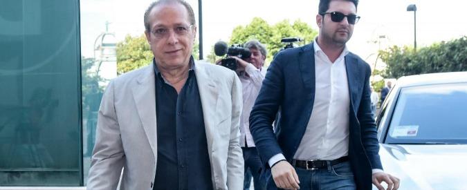 """Berlusconi, dopo l'operazione battute con un'infermiera. Il fratello Paolo: """"Non lasci Fi, ma faccia padre nobile"""""""