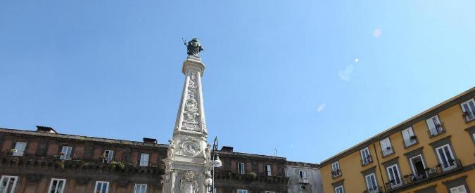 Napoli, si arrampica su obelisco nel centro storico e cade: morto studente 23enne