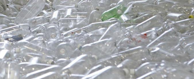 """Da bottiglie e sacchetti di plastica il """"carburante"""" del futuro grazie a un processo chimico"""