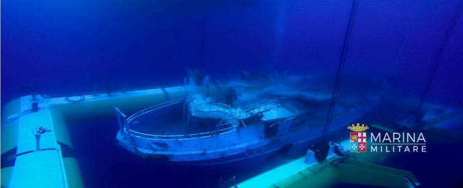 """Migranti, recuperato relitto affondato ad aprile 2015: """"All'interno quasi 300 corpi"""". Renzi: """"Operazione che andava fatta"""""""