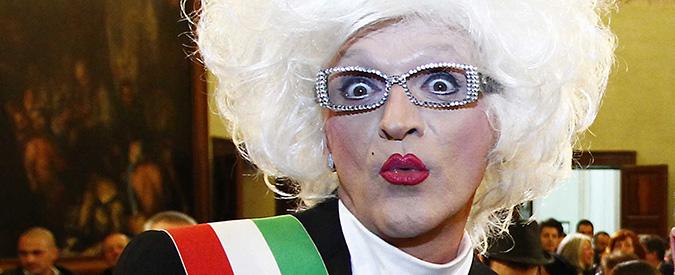 """Moglia (MN), inaugura il parco giochi intitolato alla drag queen. Estrema destra: """"Madame Sisi venga in abiti civili"""""""