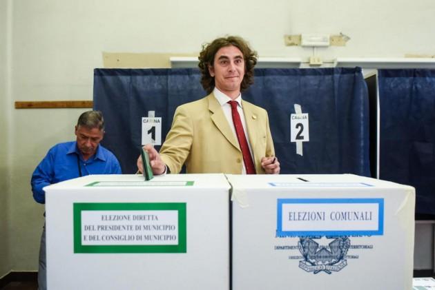 Milano, Gianluca Corrado al voto per le comunali