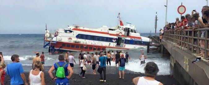 Stromboli, aliscafo contro banchina del porto. Semiaffonda imbarcazione. 123 a bordo, tutti in salvo