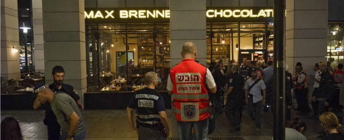 Tel Aviv, almeno 4 morti e 5 feriti per attentato in centro commerciale. Arrestati gli assalitori