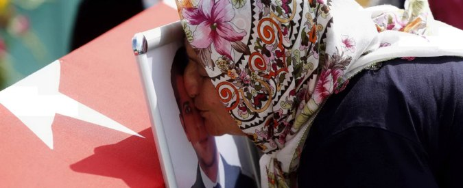 "Attentato Istanbul, blitz anti-Isis: 13 arresti. Media turchi: ""Ritrovati i passaporti dei 3 kamikaze"""