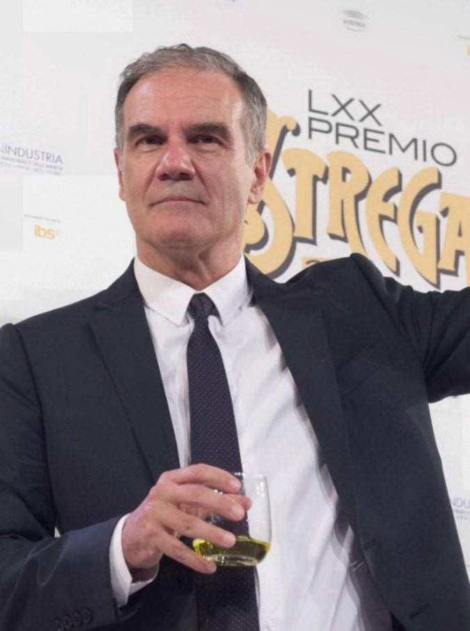 """Premio Strega 2016, vince Edoardo Albinati senza rivali: """"Lo dedico a Zeichen, aquila libera che ha protetto tutti noi"""""""