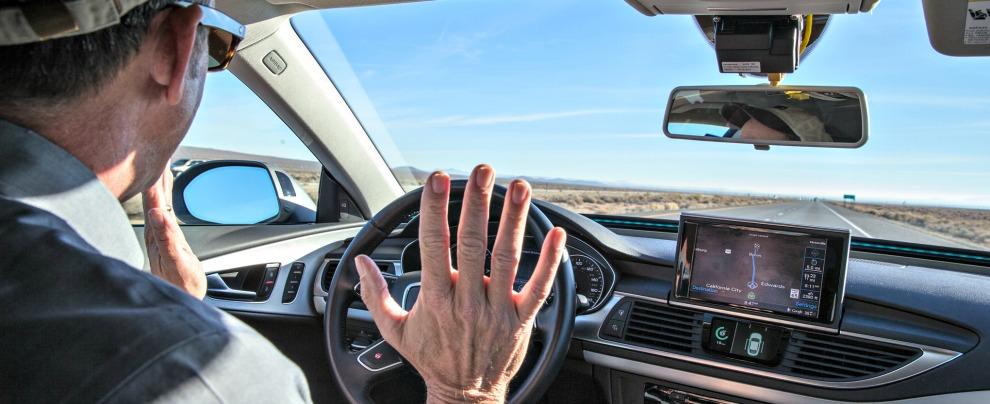 Guida autonoma, sarà l'auto a decidere chi salvare in caso di incidente?