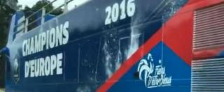 Euro 2016, la gufata viaggia in autostrada. Il bus del trionfo francese (mancato) avvistato in largo anticipo