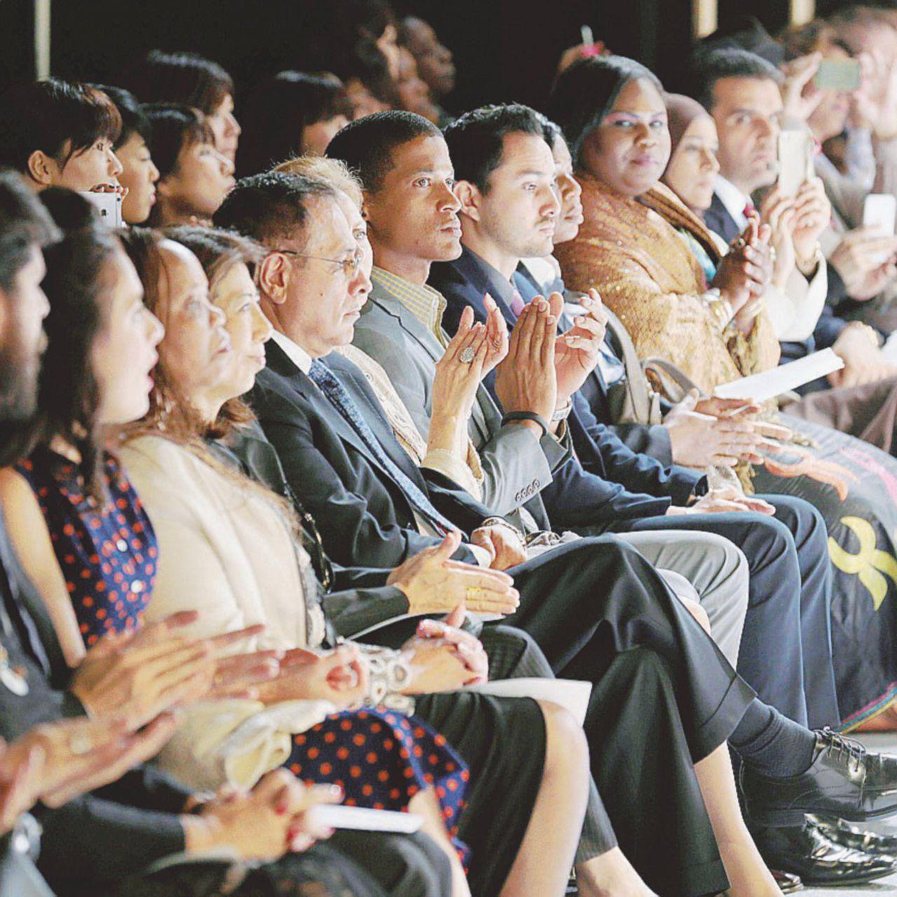 L'applauso non è democratico, spesso è l'eco di un luogo comune
