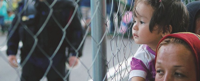 Da oggi i migranti saranno rimandati oltre la barriera di confine