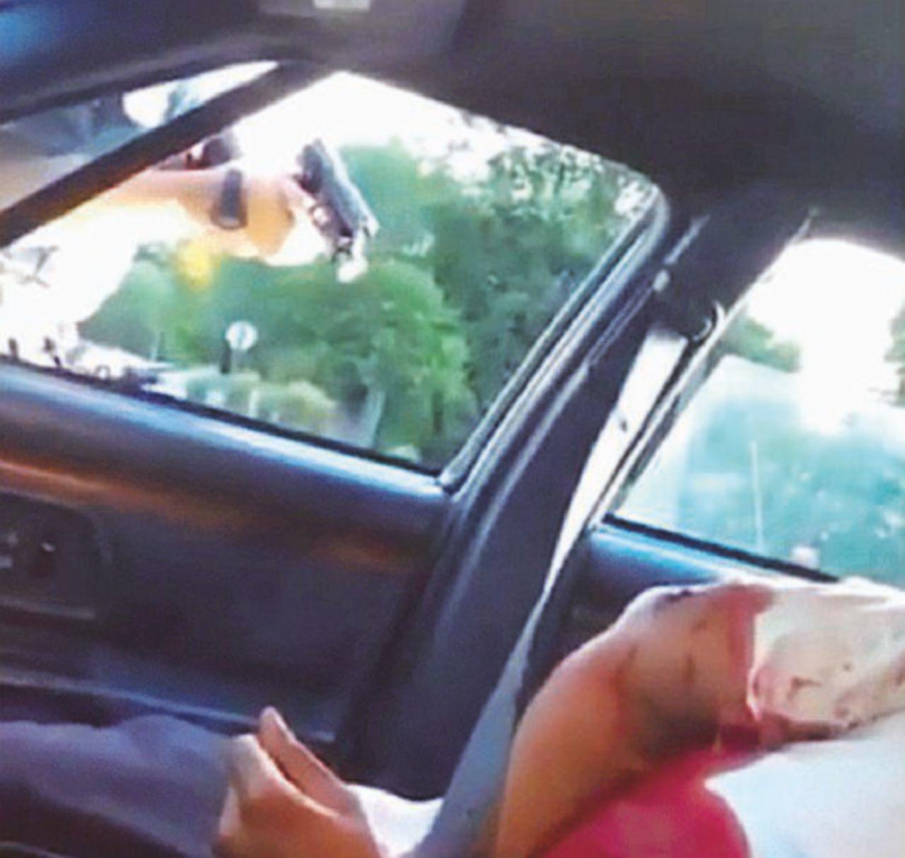 Nero ucciso in auto da agente e il video della vergogna