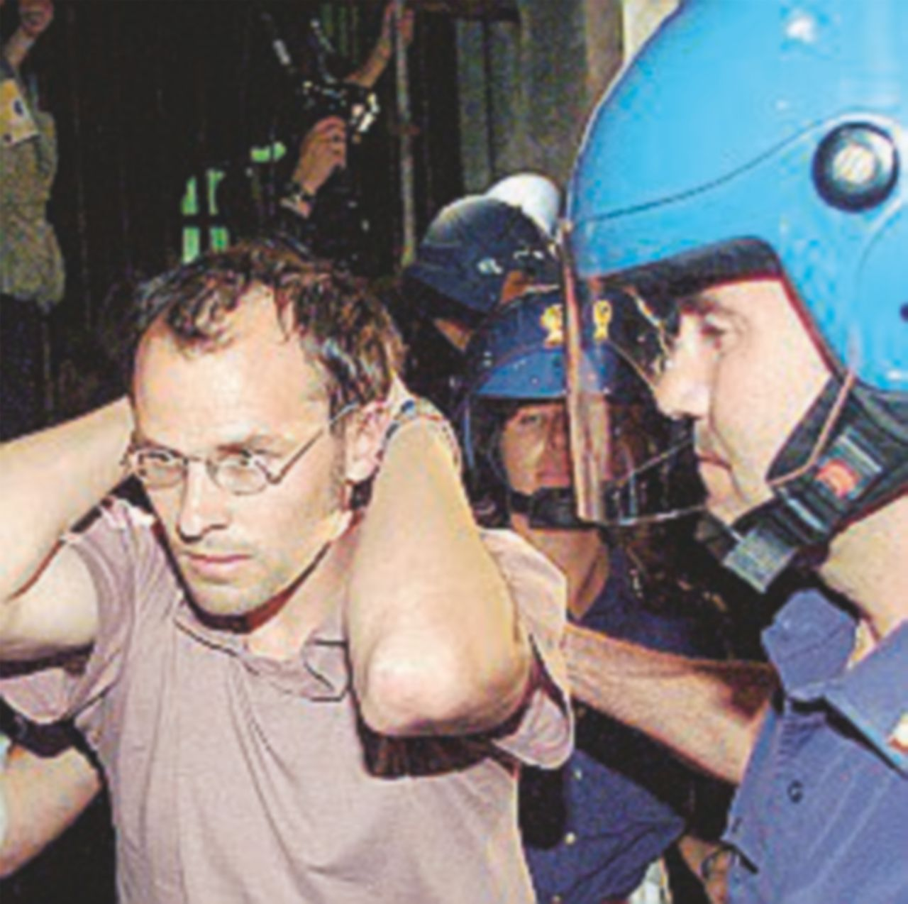 G8, graziato il finto accoltellato della Diaz: 47 euro di multa al poliziotto